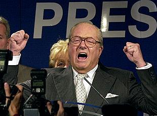 Jean-Marie Le Pen celebra los resultados en la sede de su partido. ASSOCIATED PRESS